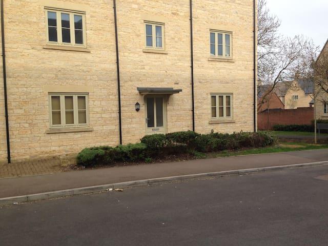 Modern 2-bedroom ground floor flat - Cirencester - Leilighet