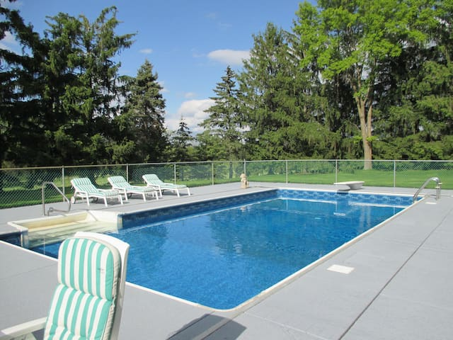 11-acre PRIVATE 'RESORT' Pool, Tennis, Bike trls - Orono - Huis