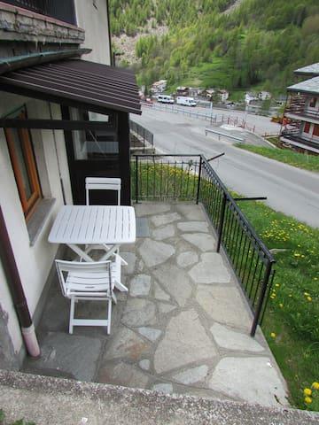 Appartamento con terrazzino,pochi passi dal centro - Paquier - Apartamento