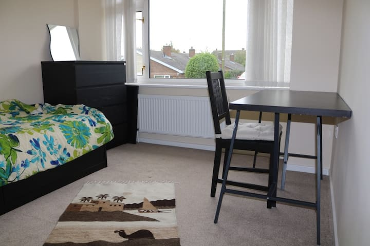 Bright, comfy, and quiet bedroom in Durham - Durham - Bungalow