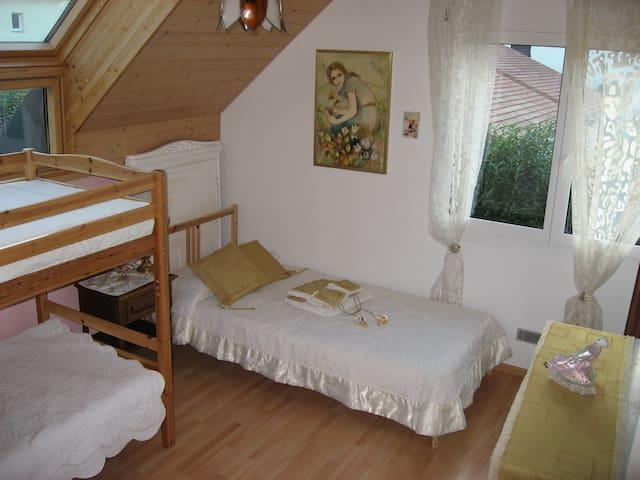 Grande chambre prix pour 3 PERSONNES - Froideville