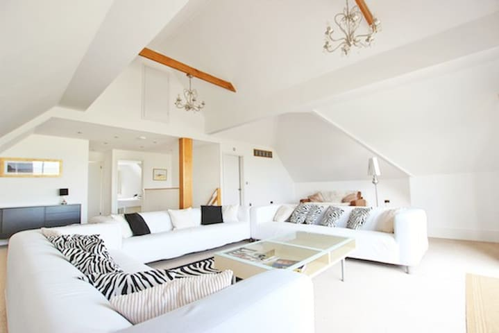 Open Plan Beach House Retreat Sleeps 12. BBQ Hut - Greatstone - Hus