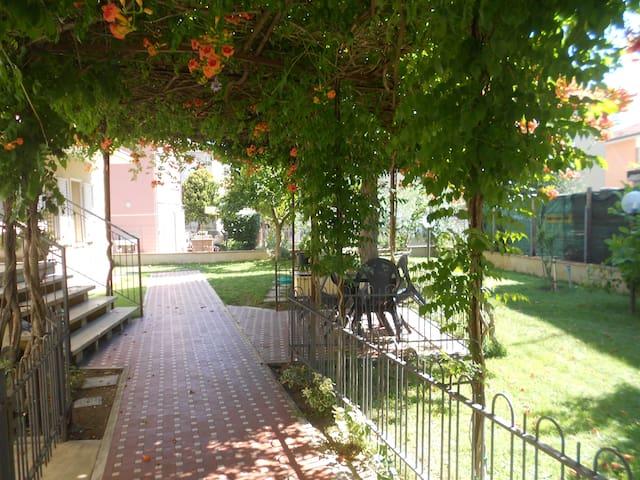 Rimini 150 mq appart. a 5 min.dalla spiaggia  55 € - 里米尼 - 公寓