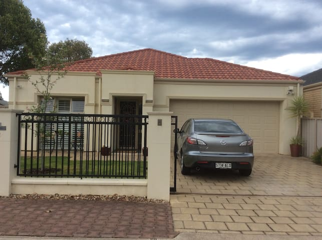 Gorgeous 2 bed home walk to beach - Glenelg North - Hus