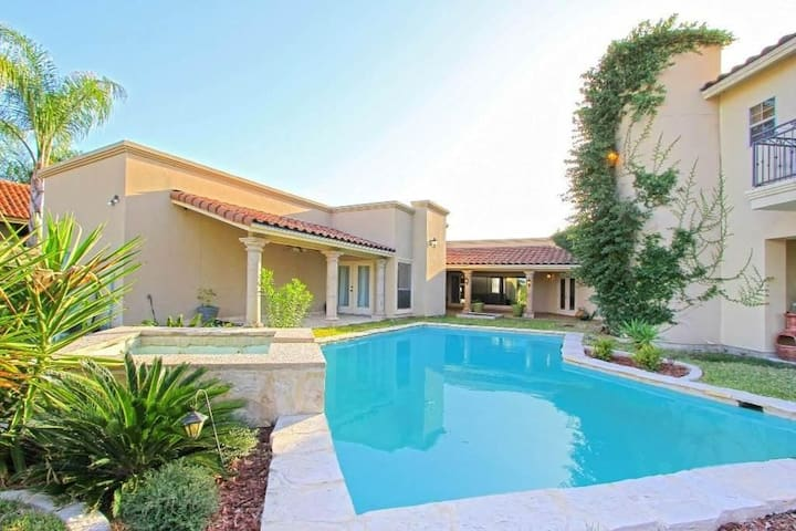 Large, Beautiful Lakeside House Near Airport - Laredo - Hus