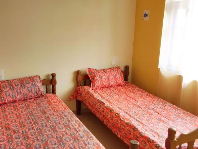 Cozy Bedroom w bathroom, 2 beds - Colva