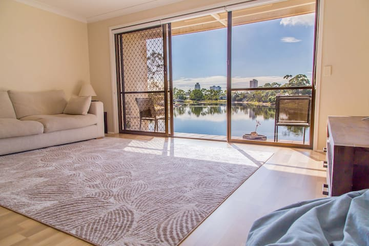 Peaceful waterfront townhouse - Burleigh Waters - Maison de ville