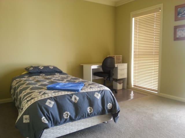 K/Single bed, shared bath, desk, Wifi - Adamstown - Hus