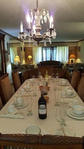 Uncle's World - cork room - Westbury - Hus