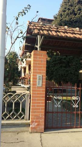 Camera da tre letti privata + bagno - Moncalieri - Huis