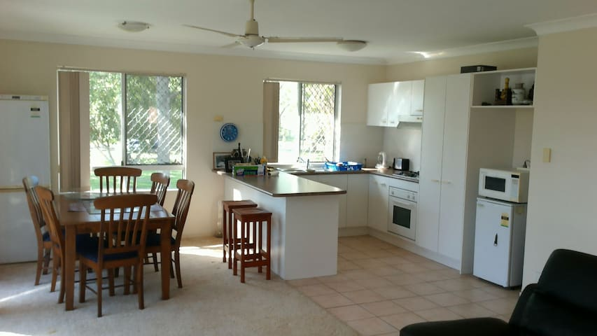 Private Room, bush walking, fishing, see kangaroos - Coombabah - Hus