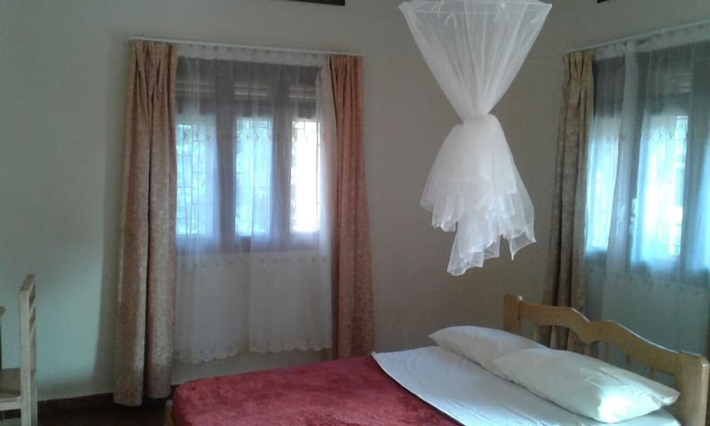 Private bedrooms and bath with tennis court - Kajjansi