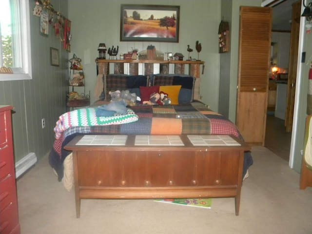 Comfy cozy spare room with shared bathroom. - Danbury - Huis