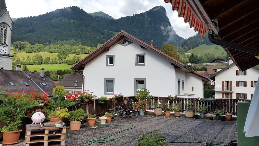 Appartement avec magnifique terrasse sur les Alpes - Albeuve - Daire