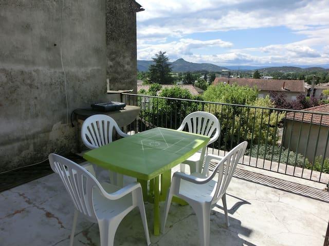Appartement centre ville et terrasse au calme - Vallon-Pont-d'Arc - Квартира