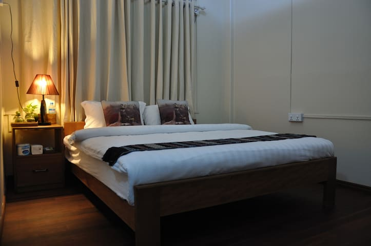 Private Double Room walking distance to Shwedagon - Yangon - Bed & Breakfast