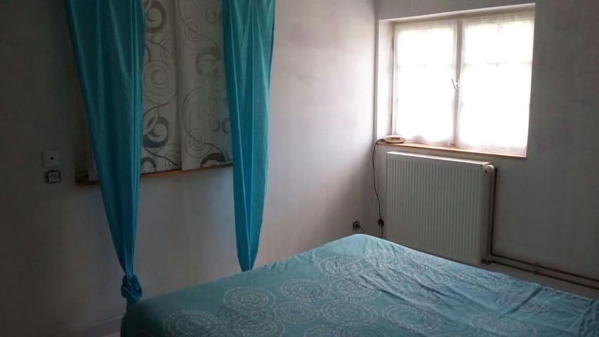 Belle chambre lumineuse avec salle de bain - Montceaux