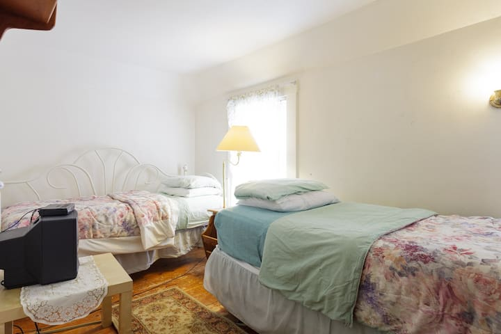 Third Floor Walkup Private Room With Two Twin Beds - Acton - Apartemen