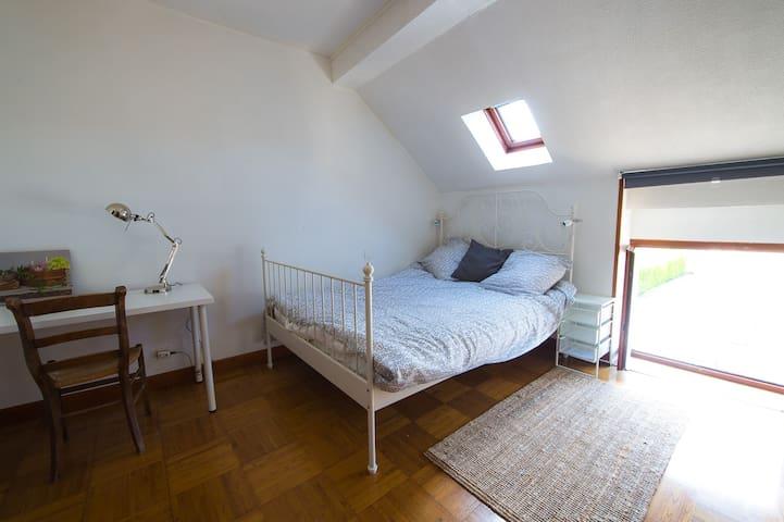 Chambre à l'étage avec lit 2 personnes et W.C. - Savigny-lès-Beaune - Hus