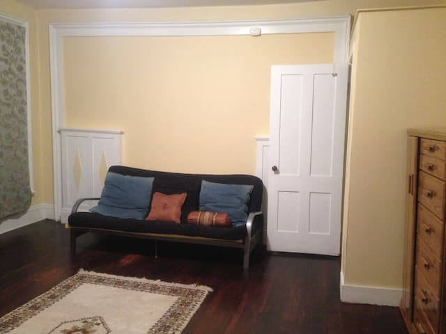 Spacious bedroom walk to park and downtown - New Britain - Maison