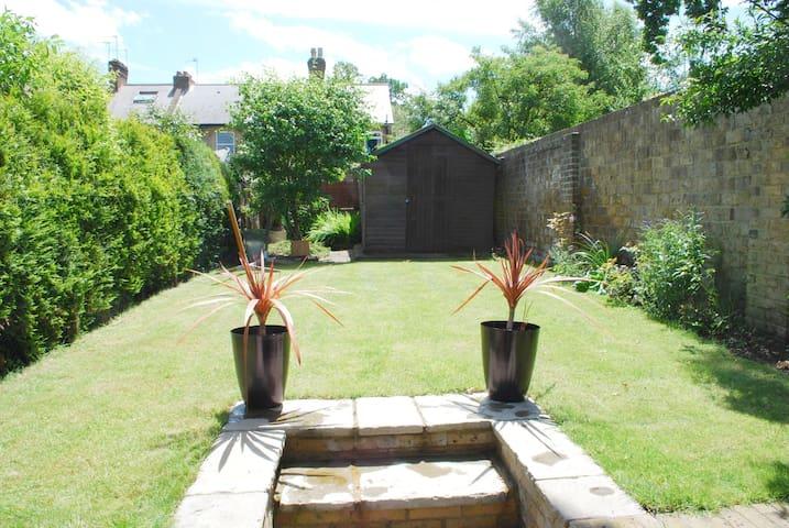 Lovely & Charming 2B period cottage - Weybridge - Rumah