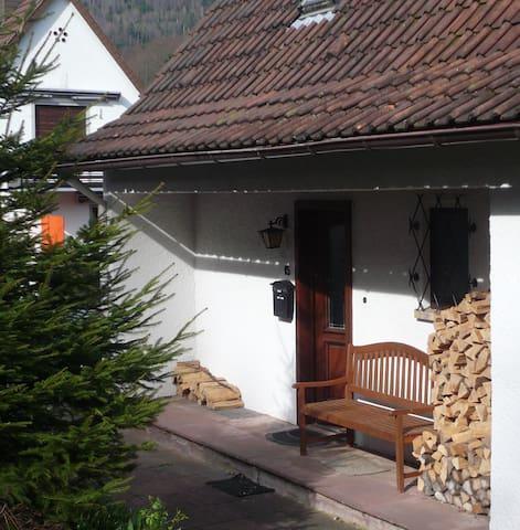 Schwarzwaldhäuschen im Grünen mit großem Garten - Bad Herrenalb - Hus