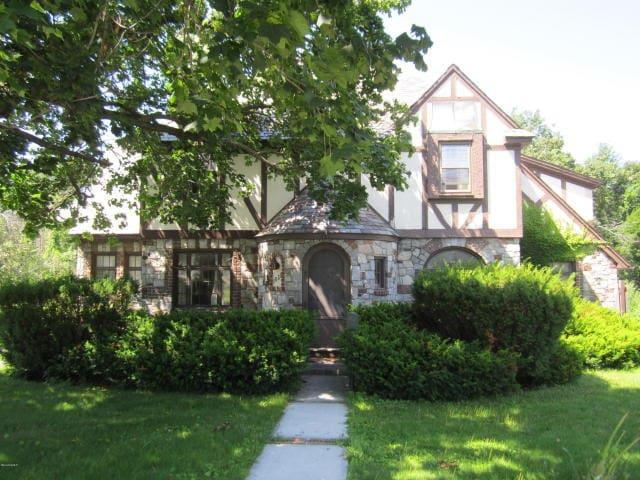 Storybook Tudor - North Adams - Maison
