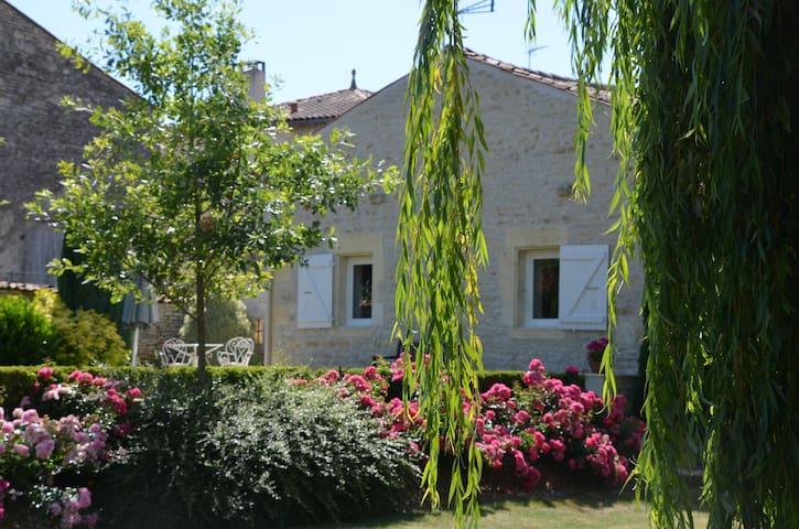 Gîte de charme dans un écrin de verdure - Saint-Hilaire-de-Villefranche - Hus