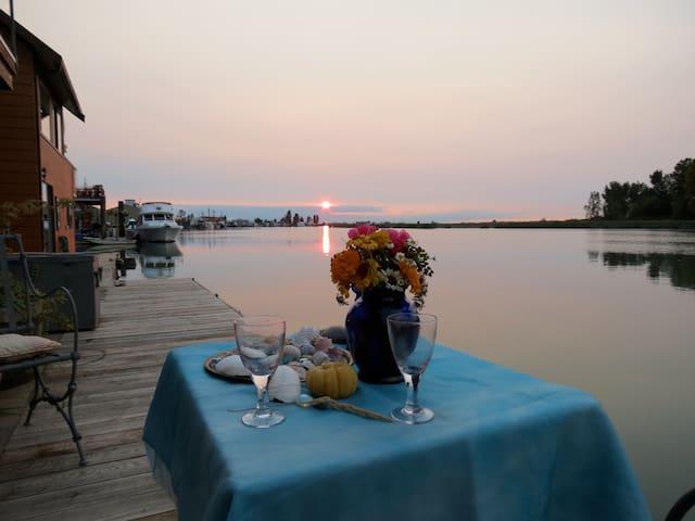 Unique classy Floating Home on Fraser River delta - Delta - 獨棟
