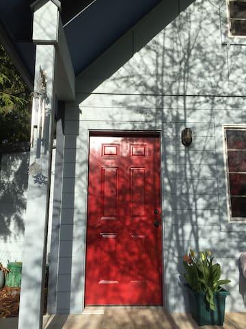 The Red Door Guest House - Секим - Родственное