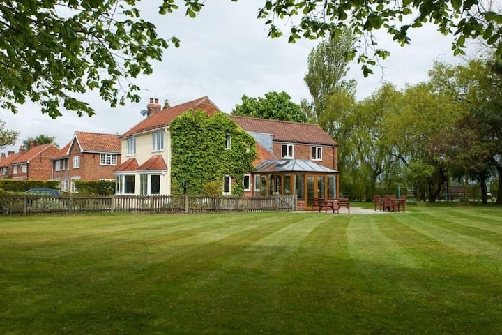 Large detached house near York - Sutton-on-the-Forest - Huis