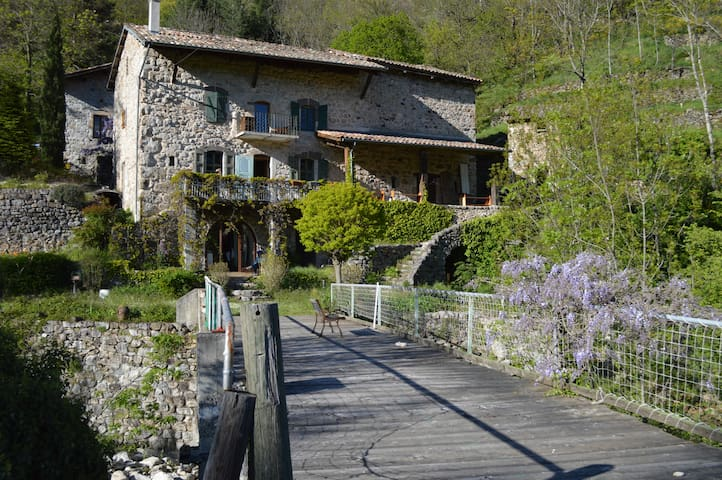 Charming old traditional Ardèche stone house - Montpezat-sous-Bauzon - 家庭式旅館