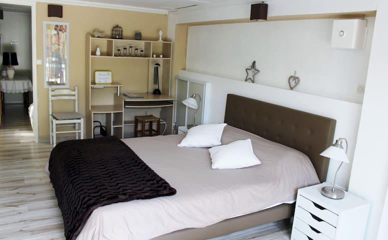 Charmant T2 de 48 m², patio extèrieur , piscine - Villelaure - Villa