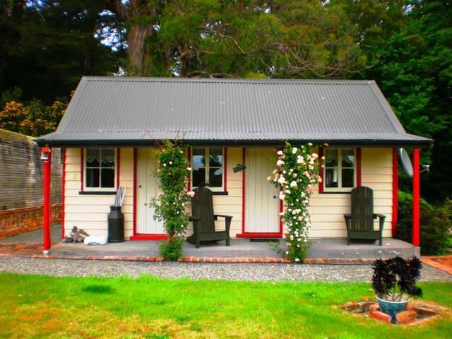 Ica Station Whare (2 person cottage) - Whareama - Hytte (i sveitsisk stil)