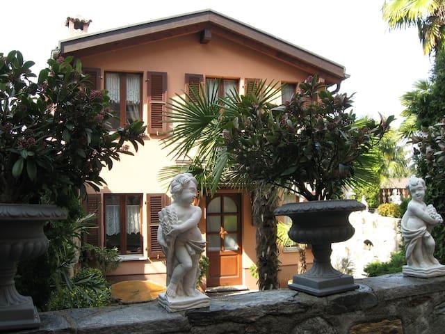 Tranquilla casetta nel borgo - Collina d'Oro - Huis