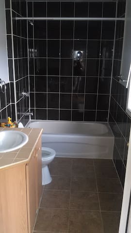 Clean and cozy room available in family home - Oshawa - Ev