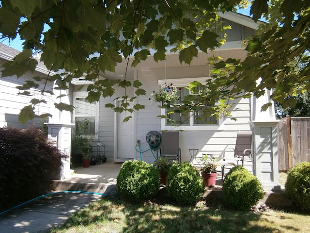 Friendly home w/private room! Shared bath (2 beds) - Eugene - Casa