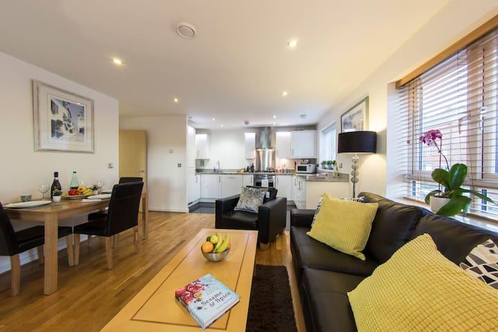 Borehamwood  - Spacious 2 bed 2 bath apartment - Borehamwood