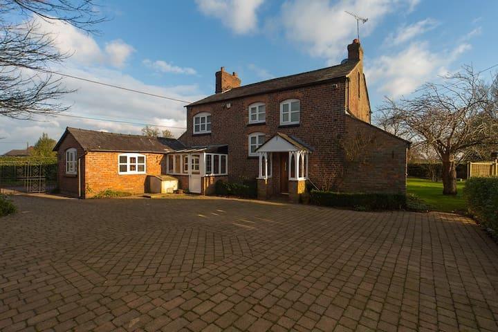 Cosy Cheshire Country Farm House - Rural Setting - Little Bollington - Ev