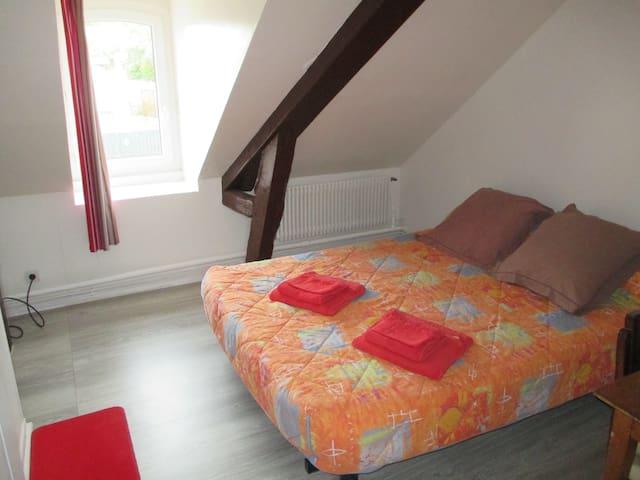 chambre n 3 grand lit television sdd - Saint-Aquilin-de-Pacy - Appartement
