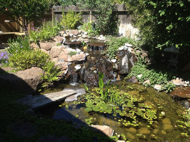 Quiet, private room, own entrance, pond, EV charge - Corning