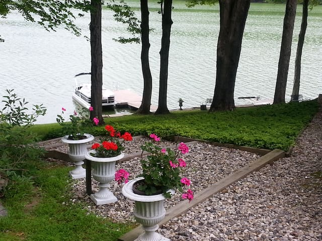 Waterfront Lake House - Brookfield - Hus