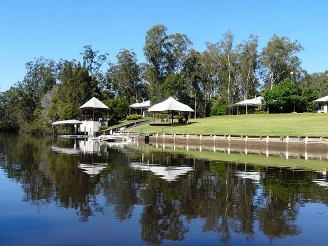 Sunny modern riverside cottage 2 - Taree - Hytte