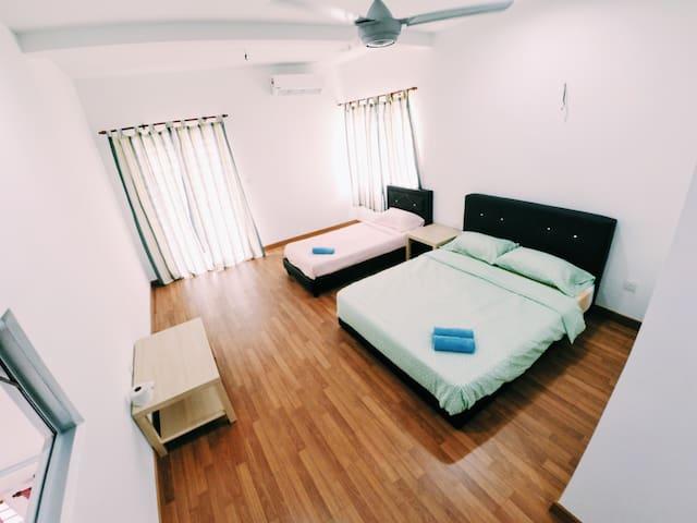 HomeSweetHome Homestay Room for 3 @Bandar Enstek - Bandar Baru Enstek - Bungalow