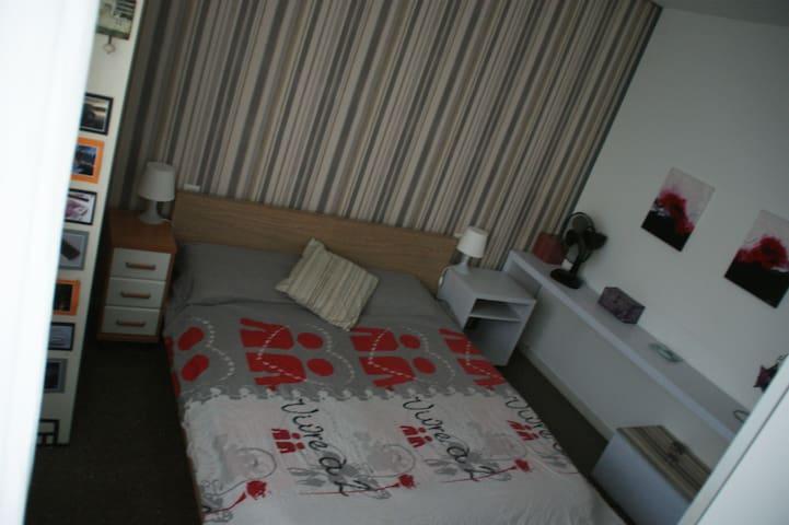 Habitación doble en piso acogedor, zonas verdes - Vic - Apartament