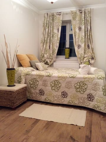Lovely, clean family home 3 mins walk from tube. - Hornchurch - Bed & Breakfast