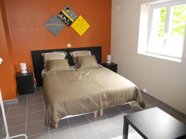 chambre orange à L ETOILE DE LA FONTCHEVRIERE - Neuvy-Saint-Sépulchre - Bed & Breakfast