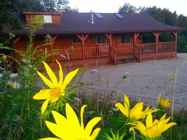 Burr Oak Log Cabin w/ Hot Tub Jacuzzi ...sleeps 6 - Harpers Ferry - Cabaña