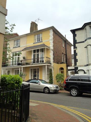 Bright, spacious double room in Grade II townhouse - 皇家坦布里奇韋爾斯(Royal Tunbridge Wells)