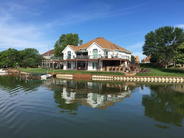 Lakefront Living near Omaha on Carter Lake - Carter Lake - Huis